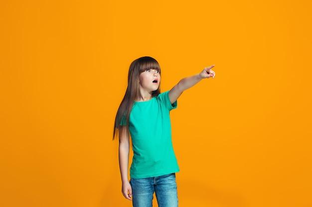 Linda garota adolescente parecendo surpresa isolada em laranja