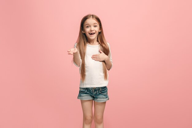 Linda garota adolescente parecendo surpresa isolada em rosa