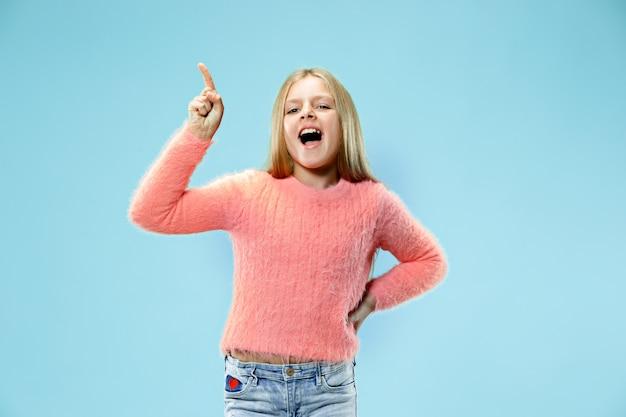 Linda garota adolescente parecendo surpresa isolada no azul