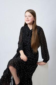Linda garota adolescente posando e sorrindo, modelo de garota com roupas