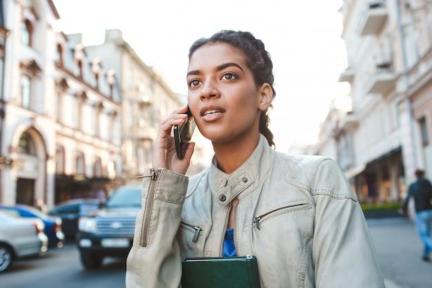 Linda garota africana falando no celular