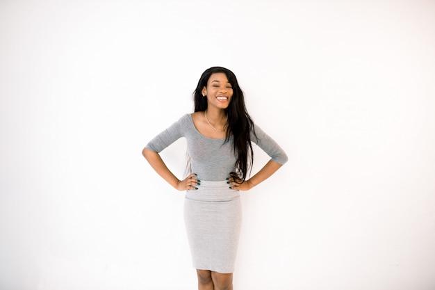 Linda garota afro-americana em vestido casual com cabelo longo e reto sorrindo