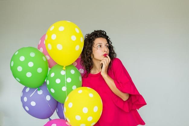 Linda garota alegre bonita com balões coloridos. feliz aniversario do feriado.