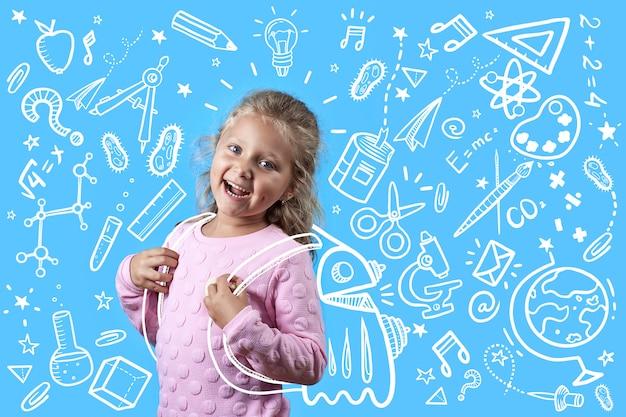 Linda garota alegre com covinhas nas bochechas e cabelos cacheados vai para a escola.