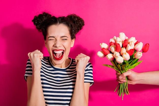 Linda garota alegre em um fundo rosa