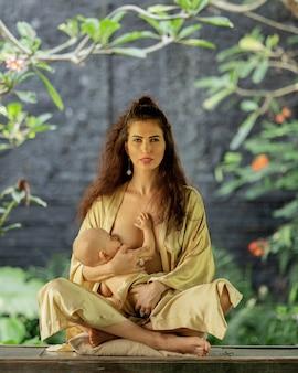 Linda garota alimenta um bebê amamentando