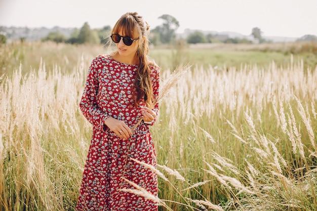 Linda garota andando em um campo de verão