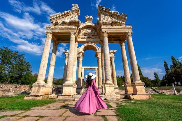 Linda garota andando na antiga cidade de afrodisias, na turquia.