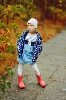 Linda garota ao ar livre em um dia chuvoso de outono