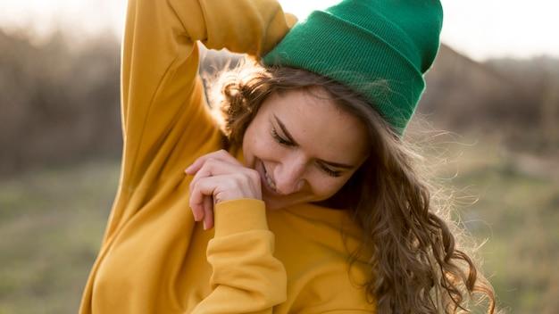 Linda garota ao ar livre, usando um chapéu verde