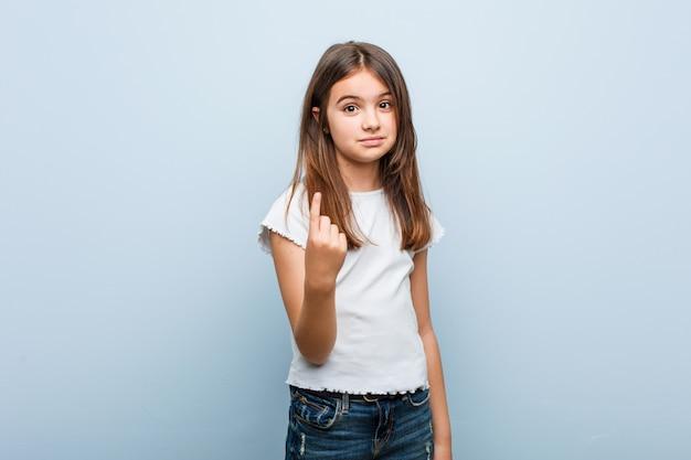 Linda garota apontando com o dedo para você como se convidar se aproximar.