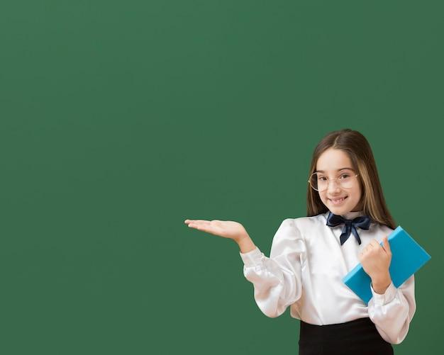 Linda garota apresentando cópia espaço