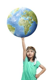 Linda garota asiática com boné de aviador segurando terra isolada no branco