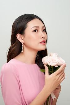 Linda garota asiática com flores. pele perfeita.