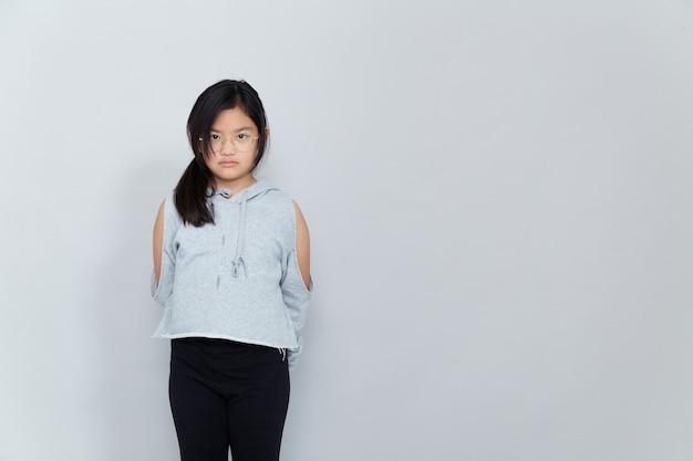 Linda garota asiática em fundo branco isolado