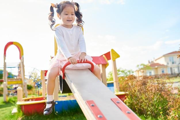 Linda garota asiática no playground