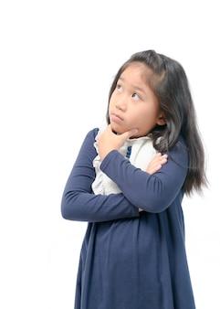 Linda garota asiática pensando e olhando no topo