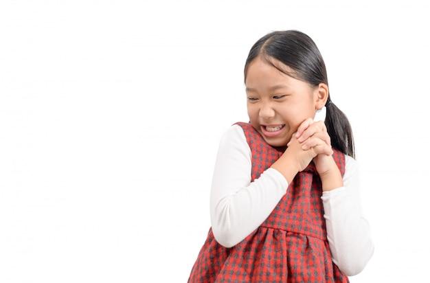 Linda garota asiática sorrir e sentir o rosto feliz ou satisfeito
