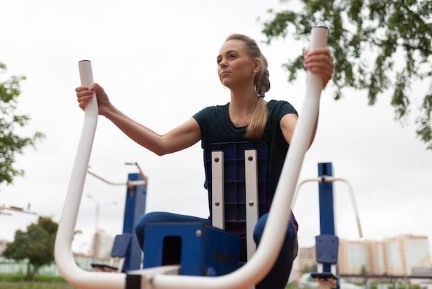 Linda garota atlética, treina os músculos das mãos. para qualquer propósito.