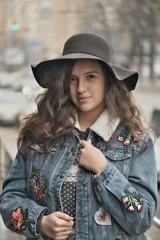 Linda garota atraente em um chapéu preto