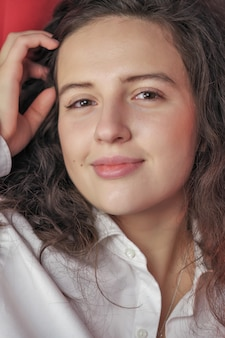 Linda garota atraente em uma camisa branca masculina