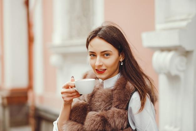 Linda garota bebe café