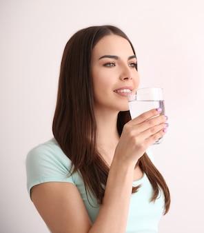Linda garota bebendo água