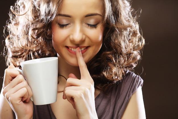 Linda garota, beber chá ou café.