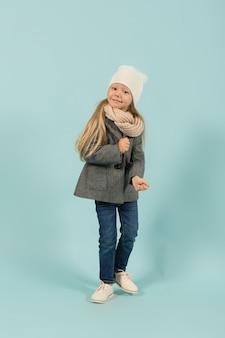 Linda garota bonita em roupas quentes