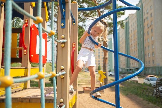 Linda garota brincando ativa no jardim de infância