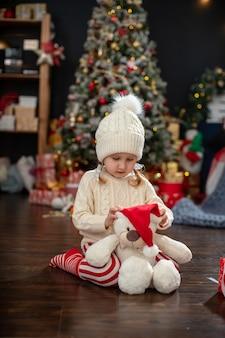 Linda garota brincando com brinquedos
