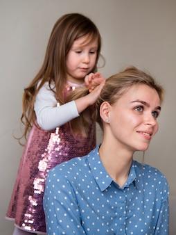 Linda garota brincando com cabelo de mães