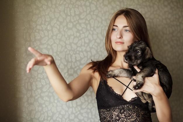 Linda garota brincando com cachorro sem teto
