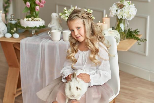 Linda garota brincando com coelho