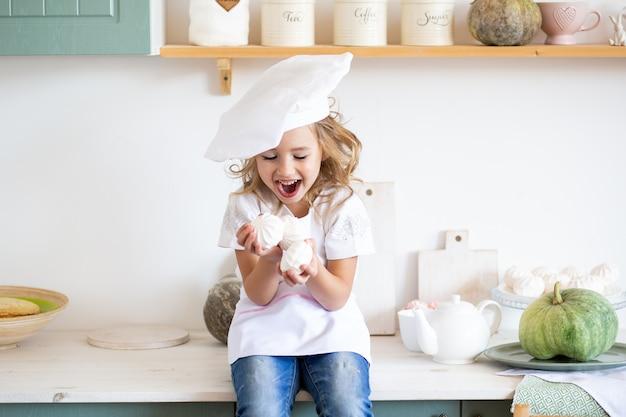Linda garota brincando na cozinha em casa