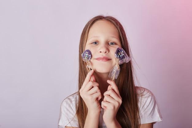 Linda garota cabelos longos comer pirulito caramelo