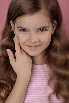 Linda garota caucasiana com cabelo vermelho brilhante. cabelo encaracolado de cor vermelha