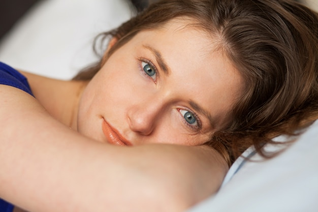 Linda garota caucasiana deitada