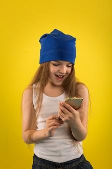Linda garota caucasiana posando em amarelo