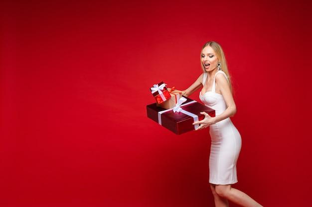 Linda garota chocada com a venda de caixas de presente de natal