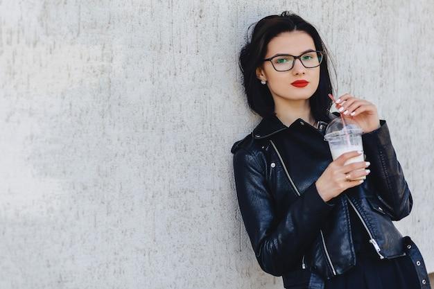 Linda garota com bebida gelada em dia ensolarado