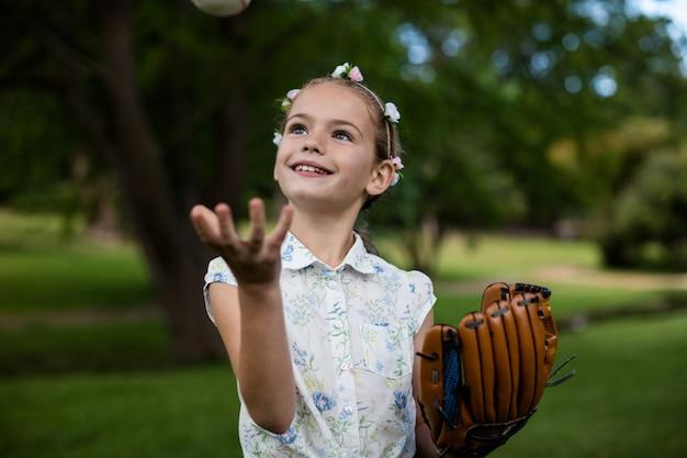 Linda garota com beisebol no parque