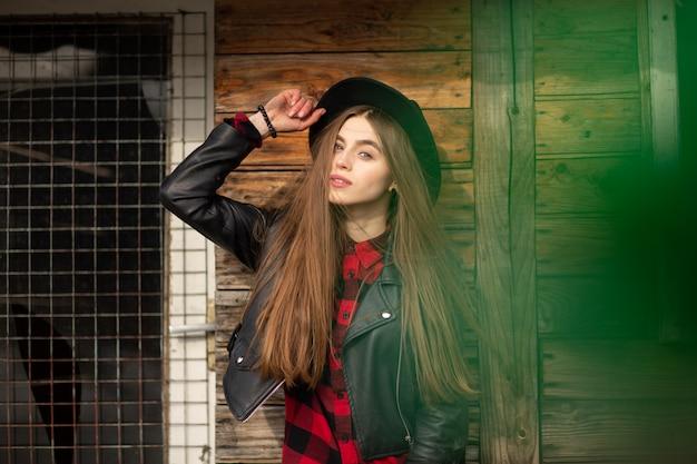 Linda garota com cabelo comprido e chapéu preto