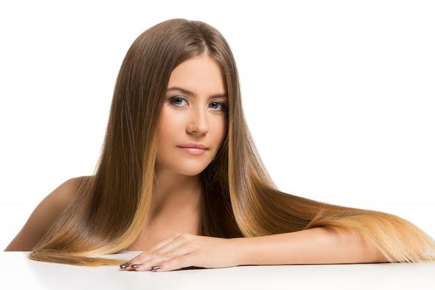 Linda garota com cabelo comprido