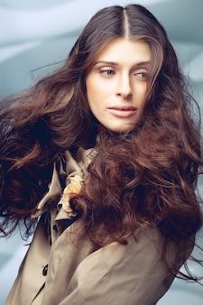 Linda garota com cabelo longo cacheado