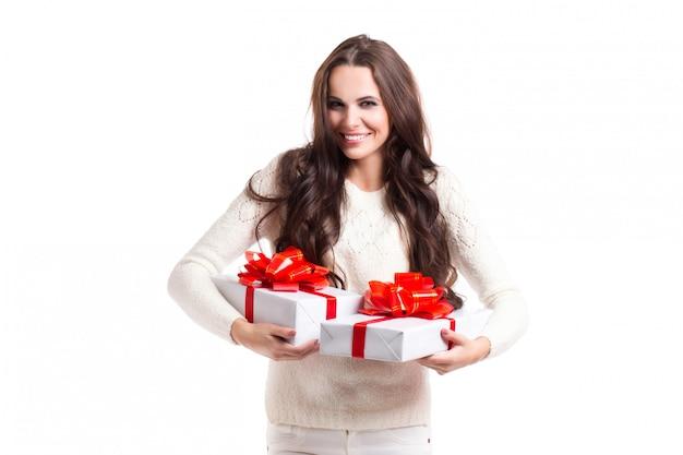 Linda garota com cabelos longos, segurando duas caixas de presente.