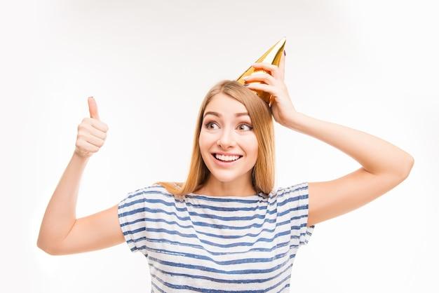 Linda garota com chapéu de aniversário gesticulando