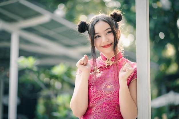 Linda garota com cheongsam tradicional vestido chinês
