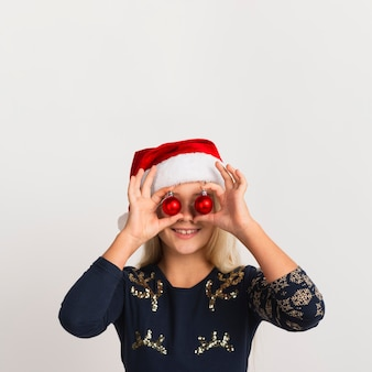 Linda garota com decorações de natal