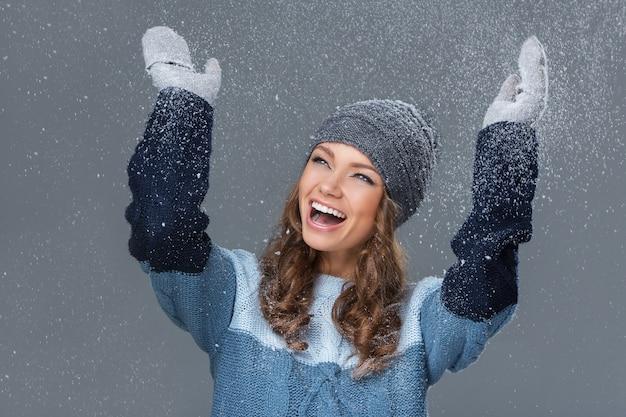 Linda garota com flocos de neve se divertindo